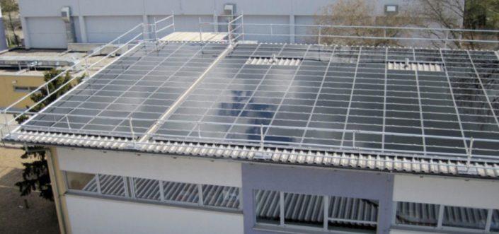 Solarbau mit höchster Sicherheit - Seitenschutz-Gerüst von Sifatec